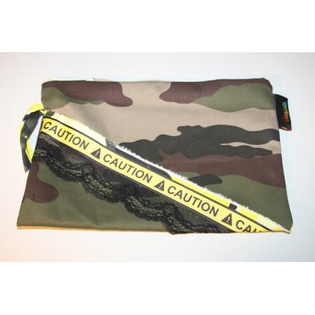 pochette camouflage kaki et jaune dentelle et  caution