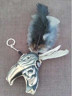 Porte clefs peluche tête de mort  plumes